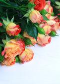 Krásnou kytici růží na dřevěný stůl s místem pro text, — Stock fotografie