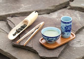 Traditional chinese tea ceremony accessories (tea cups and bambo — Stok fotoğraf