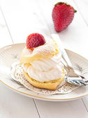 Cream puff with fresh strawberries — Stock Photo