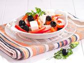 Salát, balkánský sýr, papriku a zelených a černých oliv — Stock fotografie