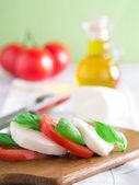 Tomate com mussarela e manjericão — Fotografia Stock