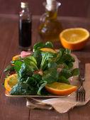 Feld-Salat mit Orangen und Speck — Stockfoto