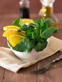 Sätta in sallad med apelsiner och bacon — Stockfoto
