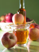 Sok jabłkowy i jabłka — Zdjęcie stockowe