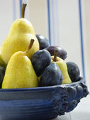 Fruit bowl with plums and pears — Stockfoto