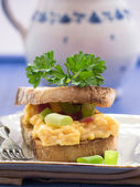 Scrambled eggs with onions and ham — Stockfoto