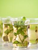 Mint thee vanaf verse muntblaadjes — Stockfoto