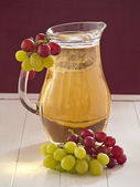 Grape juice with light and dark grapes — Foto de Stock