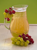 Grape juice with light and dark grapes — Foto Stock