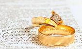 Bible & wedding rings — Stock Photo