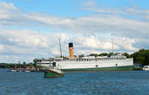 Cruise ship & tug — Stockfoto