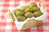 плоды киви, служил в корзине — Стоковое фото
