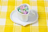 Corazón colorido en una taza — Foto de Stock