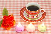 Caffè e candele e rose artificiali — Foto Stock