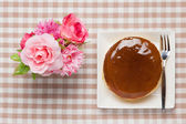 Roses artificial flowers and cheese cake — Stock Photo