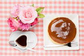 Artificial rose and cheese cake and coffee — Stock Photo