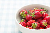 Jordgubbar i en skål — Stockfoto