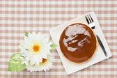 Pastel de queso y flor artificial — Foto de Stock