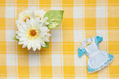 Strój pokojówki miniaturowe i kwiaty — Zdjęcie stockowe