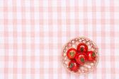 Pomodori sul tavolo e metterlo in un cestino — Foto Stock