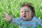 Niño sentado en la hierba alta — Foto de Stock