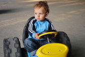 Chlapec jezdící auto — Stock fotografie