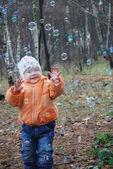 Mädchen und seifenblasen — Stockfoto