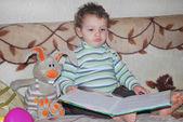 Bambino con giocattoli e libro — Foto Stock