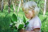 Dziewczyna z bukietem kwiatów dzikiego — Zdjęcie stockowe
