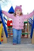 Una bambina giocare nel parco giochi — Foto Stock