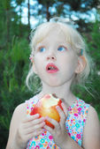 Little girl are eating apples. — Stock Photo