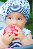 Little girl are eating apples. — Stock Photo