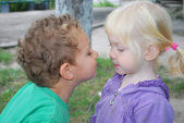 So kiss me! The little girl wants to kiss a boy. — Stock Photo