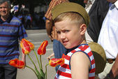 Boy congratulates veterans on Victory Day and wants to give flow — Stok fotoğraf