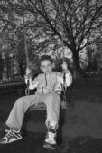 Chłopiec wahadłowy na huśtawce — Zdjęcie stockowe