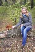 Frau in den wäldern eichhörnchen beißt die hand — Foto de Stock