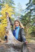 Chica en el bosque de otoño. — Foto de Stock