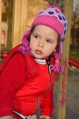 Malá holčička hraje na hřišti a smích. — Stock fotografie