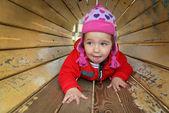 Une petite fille jouant sur l'aire de jeux et de rires. — Photo