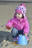 Petite fille jouant sur l'aire de jeu. — Photo