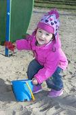Menina a brincar no parque infantil. — Foto Stock