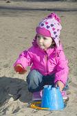 小さな女の子が遊び場で遊んで. — ストック写真