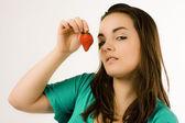 Mooie jonge vrouw weergegeven: aardbei — Stockfoto