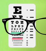 Snellen göz grafik üzerinde gözlük — Stok fotoğraf