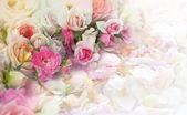 Rosor blommor och blad bakgrund. — Stockfoto