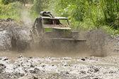 4 x 4 åkare genom lera i ecuador — Stockfoto