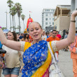 Venice Beach - AUGUST 4: Woman disciple dancing on the streets d — Stock Photo