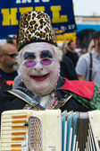 Man with painted face and playing accordion in the 37th Annual Festival of the Chariots — Foto Stock