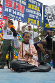 Hare krishna meditando entre cristãos protesto no 37º festival anual das bigas — Foto Stock