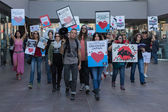 Aktivisté před konzulátem Japonska v los angeles na protest proti zabíjení delfínů v taiji. — Stock fotografie